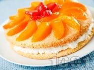 Рецепта Домашна торта с лек яйчен ванилов крем, желирани плодове - праскови и ягоди